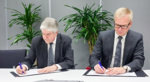 Timo Lehtimäki and Hans Holmberg signing the VIRVE frame contract.jpg